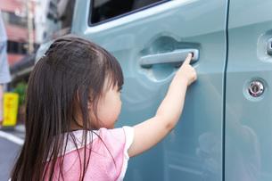 車に乗る子供の写真素材 [FYI04711224]