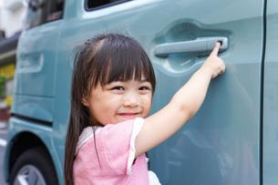 車に乗る子供の写真素材 [FYI04711225]
