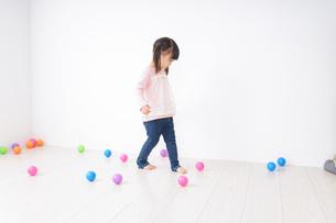 一人遊びする子供の写真素材 [FYI04711289]