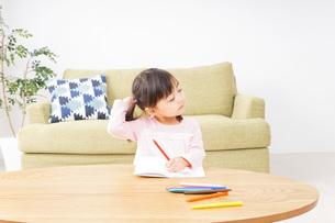 一人遊びする子供の写真素材 [FYI04711291]