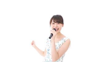 カラオケで歌を歌う若い女性の写真素材 [FYI04711366]