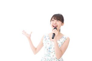 カラオケで歌を歌う若い女性の写真素材 [FYI04711368]