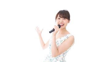 カラオケで歌を歌う若い女性の写真素材 [FYI04711369]