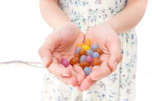 お菓子を食べる若い女性の写真素材 [FYI04711371]