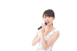 カラオケで歌を歌う若い女性の写真素材 [FYI04711372]