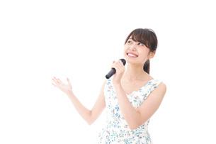 カラオケで歌を歌う若い女性の写真素材 [FYI04711373]