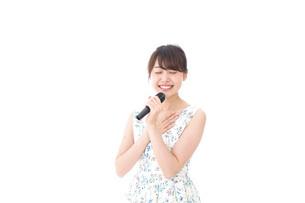 カラオケで歌を歌う若い女性の写真素材 [FYI04711374]