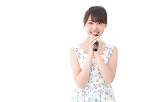 カラオケで歌を歌う若い女性の写真素材 [FYI04711375]
