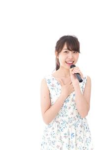 カラオケで歌を歌う若い女性の写真素材 [FYI04711376]