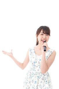 カラオケで歌を歌う若い女性の写真素材 [FYI04711377]