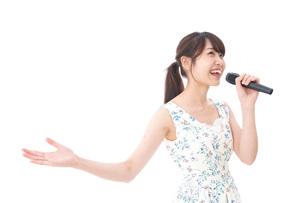 カラオケで歌を歌う若い女性の写真素材 [FYI04711378]