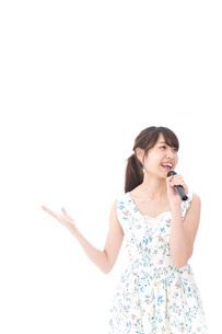 カラオケで歌を歌う若い女性の写真素材 [FYI04711380]