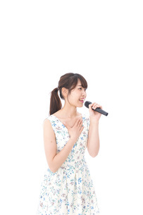 カラオケで歌を歌う若い女性の写真素材 [FYI04711381]