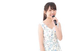 カラオケで歌を歌う若い女性の写真素材 [FYI04711382]