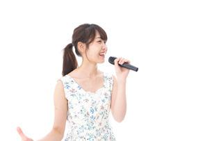 カラオケで歌を歌う若い女性の写真素材 [FYI04711383]