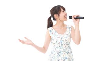カラオケで歌を歌う若い女性の写真素材 [FYI04711384]