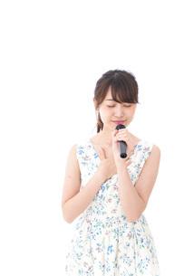 カラオケで歌を歌う若い女性の写真素材 [FYI04711385]