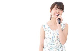カラオケで歌を歌う若い女性の写真素材 [FYI04711386]