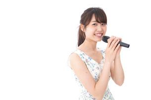 カラオケで歌を歌う若い女性の写真素材 [FYI04711388]