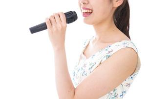 カラオケで歌を歌う若い女性の写真素材 [FYI04711390]