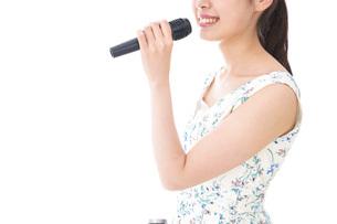 カラオケで歌を歌う若い女性の写真素材 [FYI04711391]