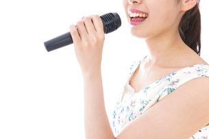 カラオケで歌を歌う若い女性の写真素材 [FYI04711392]