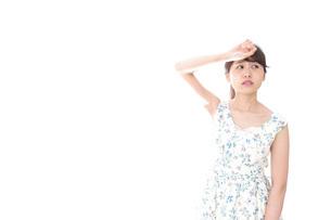 夏バテをする若い女性の写真素材 [FYI04711393]