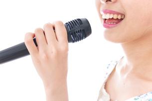 カラオケで歌を歌う若い女性の写真素材 [FYI04711394]