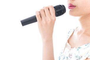 カラオケで歌を歌う若い女性の写真素材 [FYI04711395]