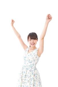 リフレッシュをする若い女性の写真素材 [FYI04711440]