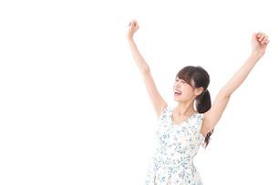 リフレッシュをする若い女性の写真素材 [FYI04711445]