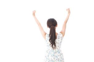 リフレッシュをする若い女性の写真素材 [FYI04711448]