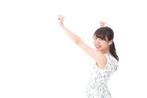 リフレッシュをする若い女性の写真素材 [FYI04711452]