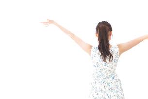 リフレッシュをする若い女性の写真素材 [FYI04711459]