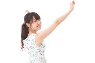 リフレッシュをする若い女性の写真素材 [FYI04711461]