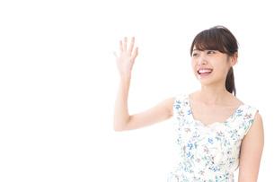 手を振る女性の写真素材 [FYI04711462]