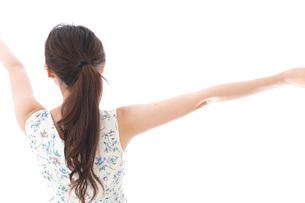 リフレッシュをする若い女性の写真素材 [FYI04711464]