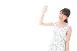 手を振る女性の写真素材 [FYI04711466]