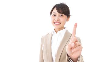 指を指す若いビジネスウーマンの写真素材 [FYI04711620]