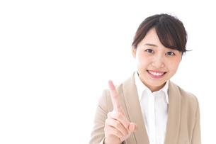 指を指す若いビジネスウーマンの写真素材 [FYI04711622]