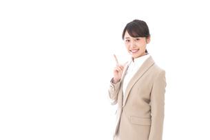 指を指す若いビジネスウーマンの写真素材 [FYI04711624]
