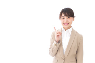 指を指す若いビジネスウーマンの写真素材 [FYI04711625]