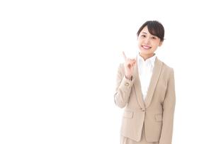 指を指す若いビジネスウーマンの写真素材 [FYI04711626]