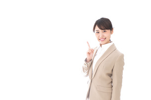 指を指す若いビジネスウーマンの写真素材 [FYI04711627]