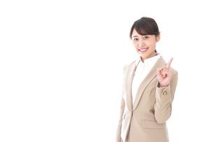 指を指す若いビジネスウーマンの写真素材 [FYI04711629]