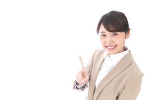 指を指す若いビジネスウーマンの写真素材 [FYI04711630]