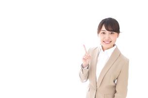 指を指す若いビジネスウーマンの写真素材 [FYI04711631]