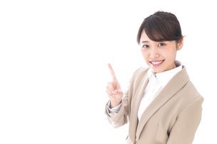 指を指す若いビジネスウーマンの写真素材 [FYI04711632]