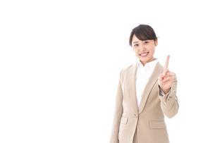 指を指す若いビジネスウーマンの写真素材 [FYI04711633]