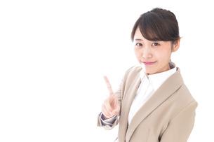 指を指す若いビジネスウーマンの写真素材 [FYI04711634]